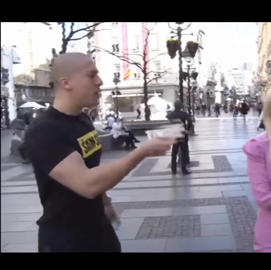 BAKA PRASE U KNEZ MIHAJLOVOJ ULICI PRIKUPLJA NOVAC ZA TIK TOKERE (VIDEO)