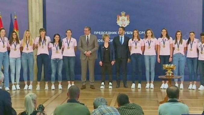 Vučić se zahvalio srpskim košarkašicama: Hvala što ste šampionski trofej donele na Vidovdan!